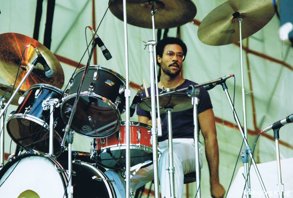 1978_0903_festival_saarbruecken_05_34_mclaughlin_drums_1000