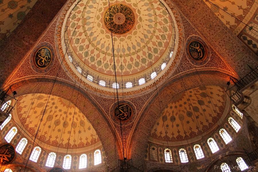 """Kuppel der Yeni Cami, der """"Neuen"""" Moschee am europäschen Ende der Galata-Brücke"""
