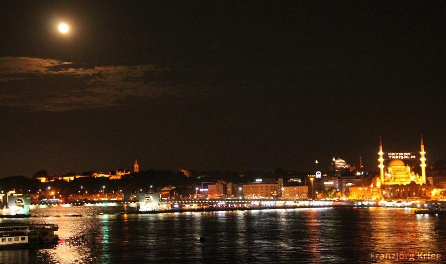 Galatabrücke mit Yeni Cami und Topkapi-Palast bei Vollmond