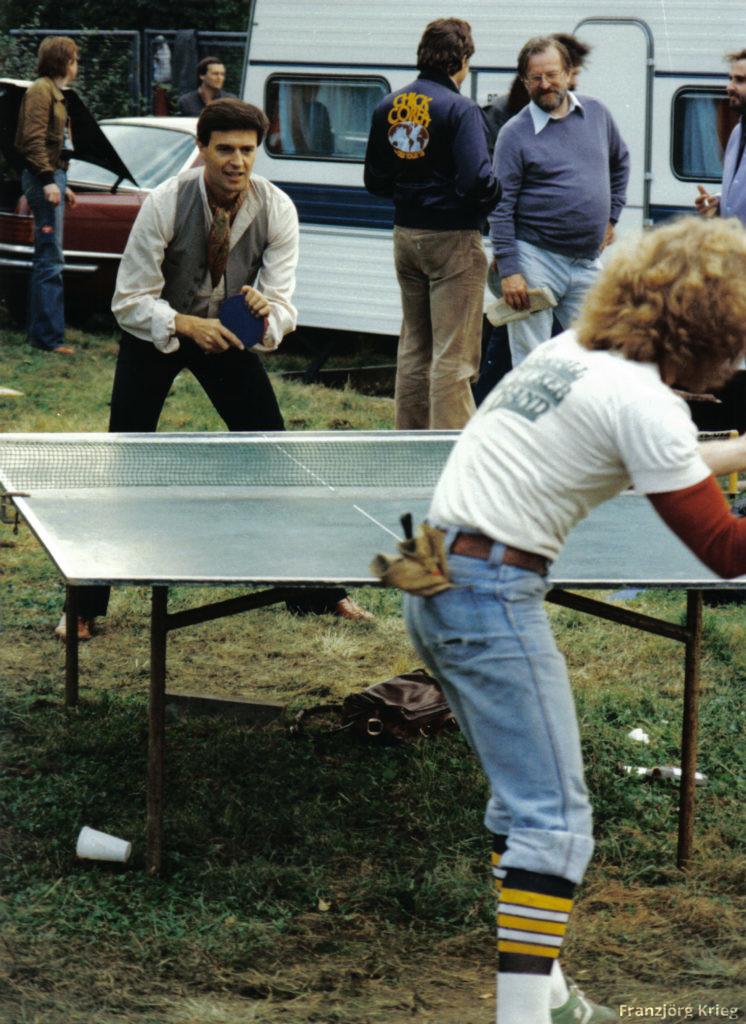 John McLaughlin beim Tischtennisspiel. Fritz Rau im Hintergrund